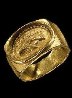 ROMAN GOLD WEDDING RING In a raised beaded bezel are two clasped hands (dextrarum iunctio); above in relief the Greek word OMONOIA meaning 'joined as one.' 2nd-3rd Century CE.