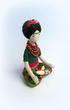 Frida Kahlo muñeca escultura blanda Frida Kahlo por SashaMedovaya Wet Felting, Needle Felting, Clothespin Dolls, Mermaid Dolls, Mexican Folk Art, Sewing Toys, Linocut Prints, Fabric Dolls, Craft Work