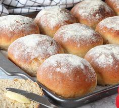 Mycket fluffiga, mjuka frallor som är himmelskt goda! Underbara bröd som passar perfekt till frukost, mellis eller till utflykten. Ett riktigt favoritbröd Swedish Recipes, Hamburger, Food And Drink, Bread, Sweets, Glass, Desserts, Bakken, Tailgate Desserts