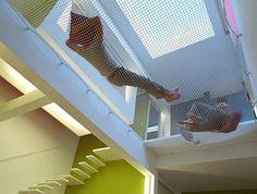 Vão da escada foi coberto com rede para relaxar, que parece uma cama elástica