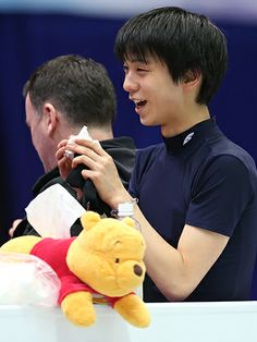 """羽生ピンチ!?愛用プーさん""""使えず""""「寂しい」  http://www.sponichi.co.jp/olympic/news/2014/02/05/kiji/K20140205007520661.html  愛用している「くまのプーさん」のティッシュケースを今回は使わない。いや、使えない。見ると落ち着くという理由で必携だったが、国際オリンピック委員会(IOC)がロゴや商標の扱いにうるさいこともあり、今回は「寂しいけど自重した」と苦笑いを浮かべる。「連れてきてはいる」と話し、選手村の自室に置いてあるようだ。   ◆練習では06年トリノ五輪金メダリスト・プルシェンコと滑る可能性があったが、ロシアの皇帝は姿を見せず。「楽しみだし、学べるところもあると思う」と対面を心待ちにしている。ソチに向かう航空機の中では、何度も4回転ジャンプを跳ぶ夢を見てうなされた。「いい夢なのかな。全部跳べていた」。羽生が出場予定の団体男子SPは6日。金のポテンシャルを秘めた19歳の夢舞台が、もうすぐ始まる。"""