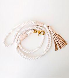 Hundeleine aus 3 Strang Baumwolle Seil, akzentuiert mit hübschen erröten gemacht / nude Leder. Es ist das klassische Seil Hund führen, in einer minimalistischen Form, mit ein wenig Stil und Salzigkeit.  Robuste Hand gebunden Auge Spleiße, traditionell von Seglern, werden hier verwendet, um den Griff und Verschluss Schleifen zu sichern. Die Spleiße sind bedeckt mit sauberen Leder Bänder, auch elegant Hand genäht, mit doppelten gestrandeten mercerisierte Baumwolle-Kabel.  F E A T U R E S  ...