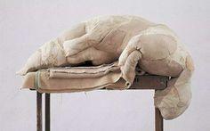 BERLINDE DE BRUYCKERE, UMA DAS ESCULTORAS MAIS FAMOSAS DA ATUALIDADE  Berlinde De Bruyckere, artista belga (nascida em 1964) faz esculturas impressionantes, que apresentam o corpo humano em sua beleza crua e vulnerabilidade. É uma das escultoras mais famosas da atualidade. Com temas aparentemente atemporais De Bruyckere aborda questões existenciais da vida e da morte, bem como a dor e o sofrimento enfatizando como a existência humana está ancorada na carne.