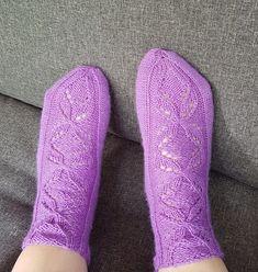 Niina Laitisen Villasukkien vuosi kirjasta Anemone sukat Socks, Fashion, Moda, Fashion Styles, Sock, Stockings, Fashion Illustrations, Ankle Socks, Hosiery