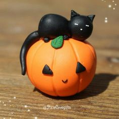 Pumpkins and sleepy cats Adorable little polymer clay jackolantern with a sleepy kitty! I'm ready for Halloween and Fall treats, pumpkin spice and everything nice! Polymer Clay Cat, Sculpey Clay, Polymer Clay Projects, Polymer Clay Charms, Polymer Clay Halloween, Halloween Crafts, Halloween Tips, Halloween Porch, Halloween Pictures