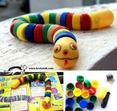 Serpiente de juguete reciclando tapones de plástico