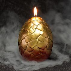 A vela vem em formato de um ovo dourado com escamas