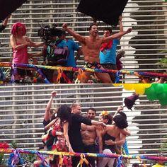 """Turma de #Sense8 gravando na Parada de Orgulho LGBT em São Paulo. Lito (@miguelangelsilvestre) tava curtindo tanto que """"chamou"""" seus #sensates para participar. #paradagay #orgulholgbt #lgbt ❤️"""