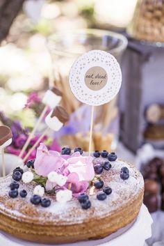 Hochzeitskuchen #hochzeitstorte Sommerliche Vintage Hochzeit von Farbgold | Hochzeitsblog - The Little Wedding Corner