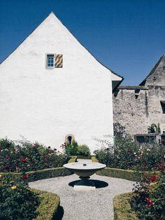 Scoprire #Rapperswil, circa 35 km a sud di Zurigo, tra castelli e conventi medievali, coloratissimi roseti e acque turchesi. #zurichwonderland #myswitzerland