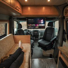 This Mercedes-Benz Sprinter van was turned into a tiny home on wheels named 'Fitz Roy' to travel across North America Sprinter Van Conversion, Camper Van Conversion Diy, Camper Life, Truck Camper, Bus Life, Kombi Motorhome, Kombi Home, Saint Nazaire, Van Home