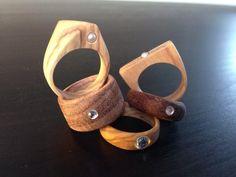 Smukke ringe lavet i træ, derefter sat en sten i eller limet på