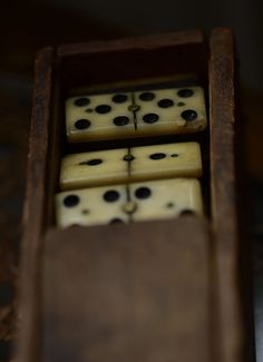 Fleamarket find of an old Domino Game in a wooden box from the turn of the last century. Flohmarktfund eines alten Domino Spiels in originaler alter Holzbox. Wooden Boxes, Retro, Games, Random Things, Whiskey, Beautiful Life, Timber Wood, Dekoration, Wood Boxes