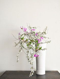 Ikebana by Mario Hirama - Alain. Arrangements Ikebana, Ikebana Flower Arrangement, Flower Arrangements Simple, Yellow Roses, Purple Flowers, Dried Flowers, Exotic Flowers, Pink Roses, Wisteria Bonsai