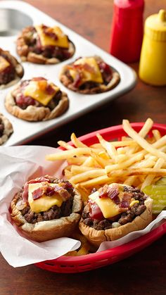Muffin-Tin Cheeseburgers Who needs drive-through when you can have these cute and easy cheeseburger cups ready in 45 minutes? This fun muffin-tin meal is sure to satisfy! To make it your own, instead of mustard or Sriracha, use barbecue sauce. Or in place Mini Hamburger, Hamburger Recipes, Ground Beef Recipes, Chicken Recipes, Good Food, Yummy Food, Tasty, Kids Meals, Easy Meals