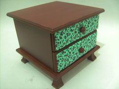 Mini gaveteiro com pé, forração das gavetas em tecido. Pode ser usado como porta jóias, porta relógios, maquiagem,etc. R$60,00
