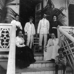 1898,Familia Puertorriqueña,frente su casa.