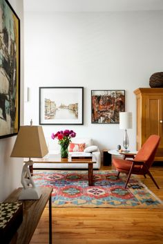 the mix of photography + paintings give a personality to this already gorgeous space.