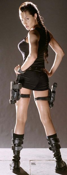 Lara Croft- Angelina Jolie                                                                                                                                                                                 Más