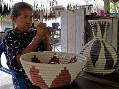 Uno de los principales sustentos económicos de los indígenas de la región es la elaboración de artesanías a partir de la fibra de palma de chiqui chiqui.