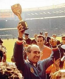 Sir Alf Ramsey lifts the World Cup at Wembley Stadium in 1966 Football Art, Football Players, 1966 World Cup Final, Bobby Moore, England International, World Cup Winners, Everton Fc, Wembley Stadium, Fernando Pessoa