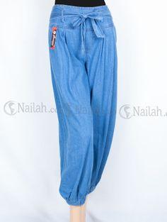 Celana Jeans Aladin Zaidah-Biru Muda Rp 105,000.00 Celana jeans model aladin yang modis.  Detail: -Pinggang karet di bagian belakang -Kantung di bagian kanan dan kiri -Hiasan tali pita di bagian depan