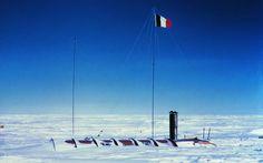 Enterrés volontaires au coeur de l'Antarctique- Tahi, Djamel - documentaire,60mn  1957.L'exploration de l'Antarctique. 12 nations vont conjuguer leurs efforts pour entreprendre un vaste programme de recherche. 3 français, Claude Lorius, Roland Schlich et Jacques Dubois, vont hiverner une année entière au cœur de l'Antarctique. Ils occuperont 365 jours la station Charcot, une baraque en aluminium de 24m², enterrée sous la glace pour la protéger du froid et du vent polaire.