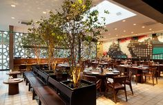 Restaurante Manish, São Paulo - Sua planta admite múltiplas configurações de espaços: varanda, salão e espera. O mural do restaurante é uma menção à tapeçaria árabe. ______________________________  Manish restaurant, Sao Paulo, Brazil #restaurant #architecture #panel