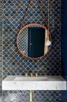 Lujo en Londres… | Decofeelings Blue Rooms, Wooden Tables, Tiles, Flooring, Mirror, Furniture, Hidden Doors, Home Decor, Bathrooms
