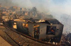 Un gigantesco incendio en Valparaíso quema 100 viviendas y obliga a evacuar a 400 personas