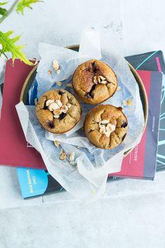 Sundere blåbærmuffins. De er lavet af æg, bananer, havregryn, mandler, kokosmel og blåbær og mætter derfor godt. De er perfekte til madpakken.