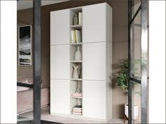 Soggiorno moderno a parete completamente personalizzabile e componibile, qui proposto nella finitura bianco. Ogni soggiorno può ovviamente essere composto a proprio piacere scegliendo i vari moduli compositivi e personalizzato nelle tante finiture disponibili.