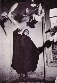 Жуткий YSL объявление 1980-х годов Счастливого Хэллоуина!!!!!!!!!!