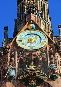Hauptportal der Frauenkirche mit Uhr und Männleinlaufen Nürnberg Nuremberg  Germany Alemania Deutschland