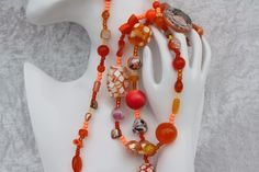 Nun mal ein Exemplar aus meiner Ketten-Kollektion. Dieses Mal ein wunderschönes Stück in orange mit Perlen in besonderen Formen, verschiedenen Materialien und unterschiedlichen Größen, der...