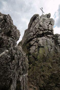 Gipfelkreuz auf einem Quarzitturm der Oberhauser Felsen oder Kirner Dolomiten bei Kirn im Hunsrück, Naturpark Soonwald-Nahe