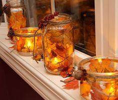 | schoongemaakte potten (van de appelmoes, of van de jam). Doe hierin mooi gekleurde bladeren. Eventueel kan je ze met een lijmpistool vastplakken zodat ze op hun plaats blijven zitten. Daarna een waxinelichtje op batterijen erin