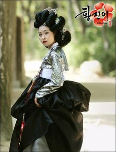 Hwang Jini (Hangul: 황진이; hanja: 黃眞伊) is a Korean drama broadcast on KBS2 in 2006. The series was based on the tumultuous life of Hwang Jini, who lived in 16th-century Joseon and became the most famous gisaeng in Korean history. Lead actress Ha Ji-won won the Grand Prize (Daesang) at the 2006 KBS Drama Awards for her performance. Korean Hanbok, Korean Dress, Kbs Drama, Ha Ji Won, Korean Art, Hanfu, Famous Women, 16th Century, Traditional Outfits