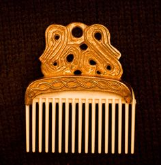 A delicate and beautiful Viking comb! 2 x 1 x cm) Viking - Comb from a Russian Viking find. Plastic comb is used for the comb teeth. Viking Clothing, Viking Jewelry, Hair Comb Clips, Hair Combs, Viking Horn, Viking Life, Anglo Saxon, Archaeology, Vikings