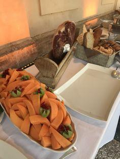 Angolo di Umbria con il prosciutto  stagionato 24 mesi rigorosamente tagliato a mano !! #angeloricevimenti #cateringforweddings #wedding #nozze #buffetdiantipasti Angelo
