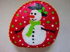 Christmas Painted Rocks - Snowman Green / Red Size : Red : 2.25 x 2.25 x 0.75 inch Green : 2.5 x 2.25 x 0.75 inch Acrylic paints, river rocks, matte finish Thank you for visiting