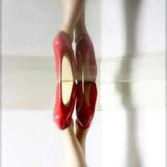 Luca intravede una coda ondeggiare, lungo i corridoi; una frangetta bruna, uno sguardo squillante, che investe quel che punta.   Quel tacco, quel passo, quella caviglia elegante, tesa, sportiva e leggiadra allo stesso tempo, impossibile non riconoscerla, non notarla, non cedere all'istinto di seguirla, vedere dove si dirige, dove si ferma, dove entra.   #vFidelio  #eros
