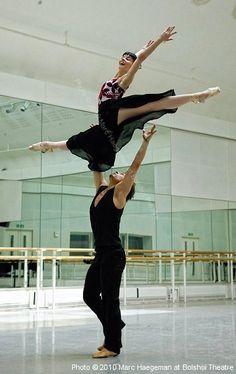 Natalia Osipova and Ivan Vasiliev in rehearsal to Don Quixote, Bolshoi Ballet Let ́s Dance, Shall We Dance, Just Dance, Bolshoi Ballet, Ballet Dancers, Bolshoi Theatre, Ballerina Dancing, Ballet Art, Modern Dance