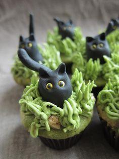 Black cat halloween cupcake. #baking #sweet