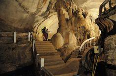 Dans ces grottes près de Vang Vieng, les Laotiens se refugiaient pour échapper aux bombardements américains à la fin des années 60. Elles étaient alors plongées dans l'obscurité totale et accessibles uniquement par des échelles de corde ©Salaün Holidays