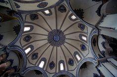 Iglesia de los santos Sergio y Baco. Estambul (Turquía), siglo VI. Cúpula gallonada, con ocho ventanales en el tambor.