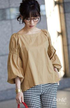 Blouse Styles, Blouse Designs, Look Office, Iranian Women Fashion, Love Fashion, Fashion Outfits, Sleeves Designs For Dresses, Stylish Blouse Design, Batik Fashion