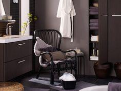 Ein IKEA Badezimmer u. a. mit GODMORGON Waschbeckenschrank mit 2 Schubladen und GODMORGON Hochschrank in Schwarzbraun, STORSELE Sessel mit h...