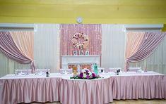 A májva -  barack esküvői háttér dekoráció fókuszpontját a selyem rózsakoszorú adja. Néhány sötétebb árnyalatú virágja emeli ki igazán az alaptextilből.