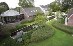 Tuin waar klassiek en modern hand in hand gaan – -